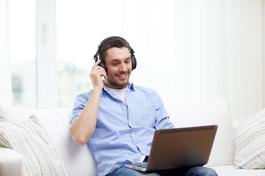 Wer sich schnell Wissen aneignen will, sollte sich Podcasts für Gründer abonnieren
