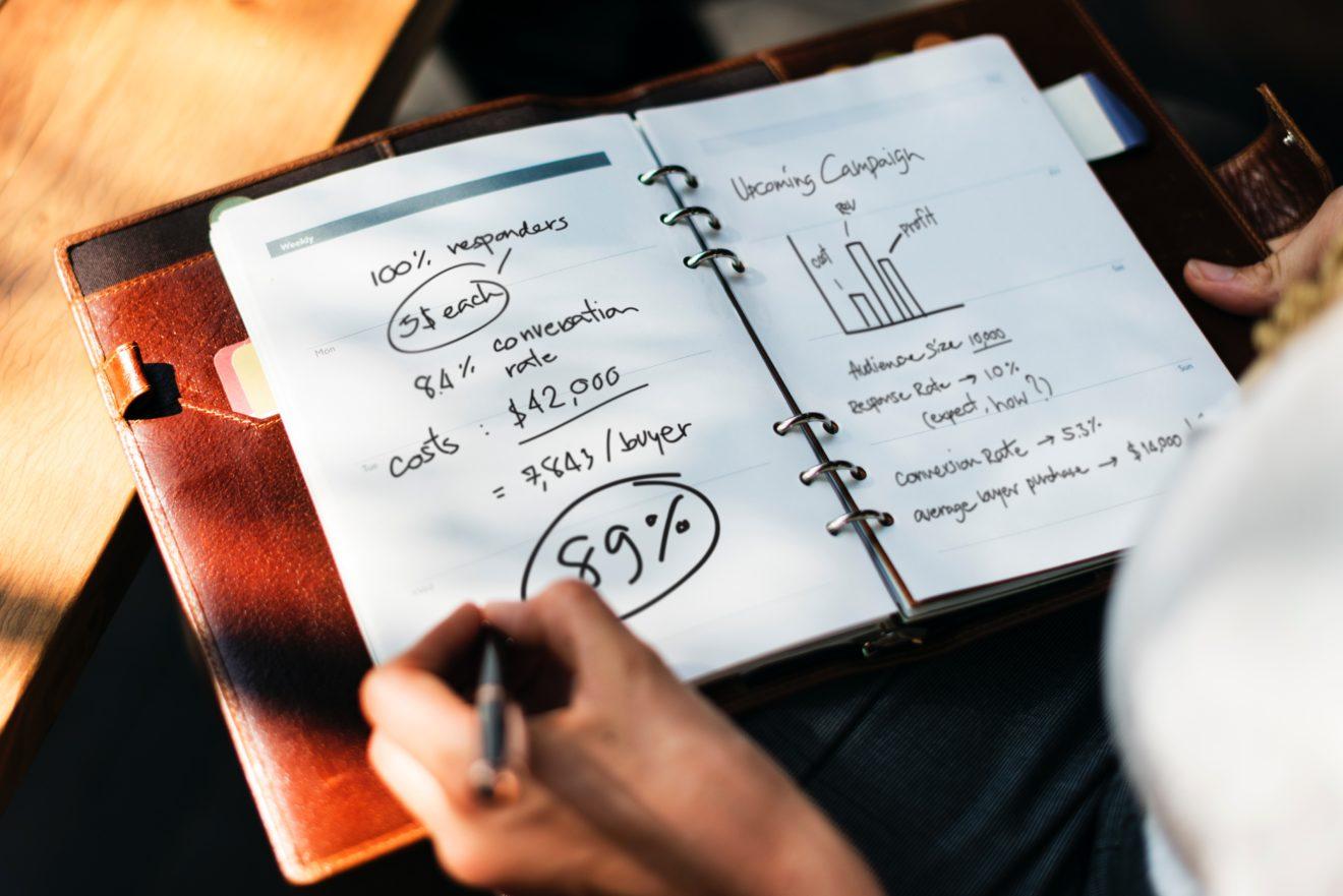 Eine Wettbewerbsanalyse lässt sich auch anhand der Informationen von den Webseiten der Konkurrenz durchführen.